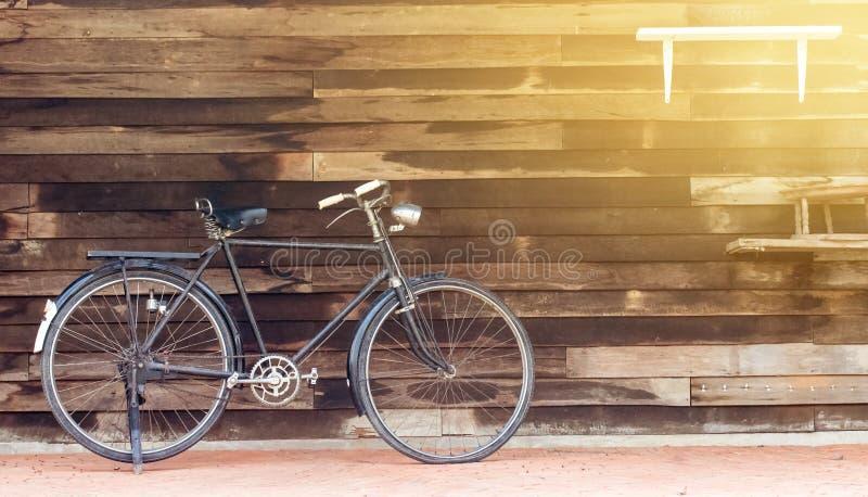Rocznik rdzewiał bieżnego bicykl parkującego w starej fabryce zdjęcie stock