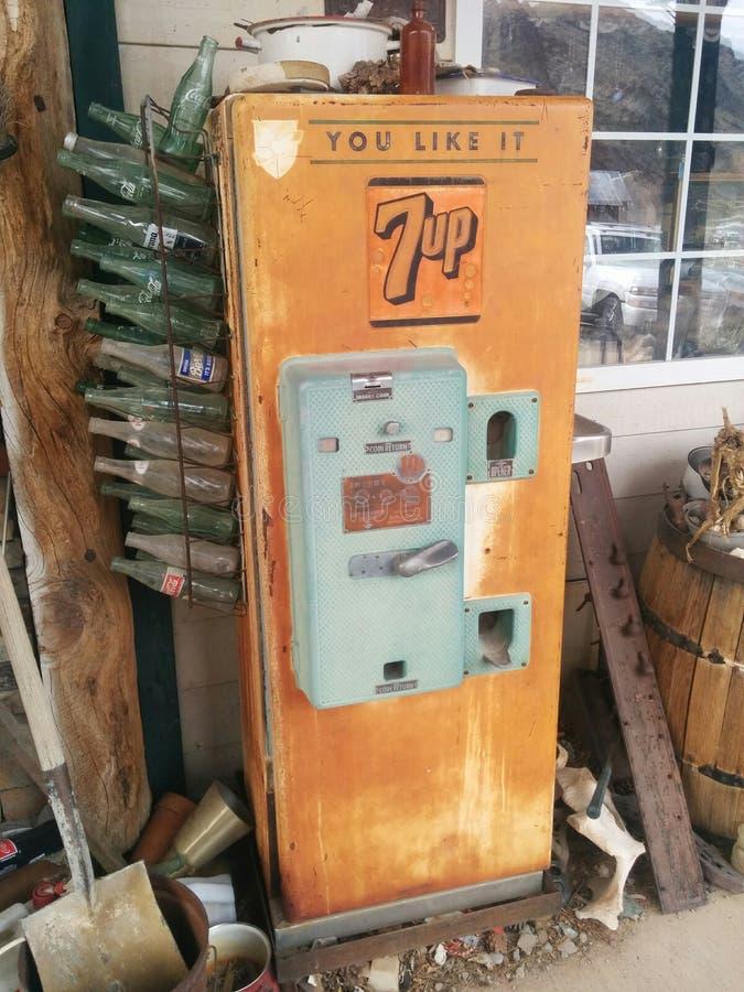 Rocznik, rdzewiejący 7Up automat zdjęcia royalty free