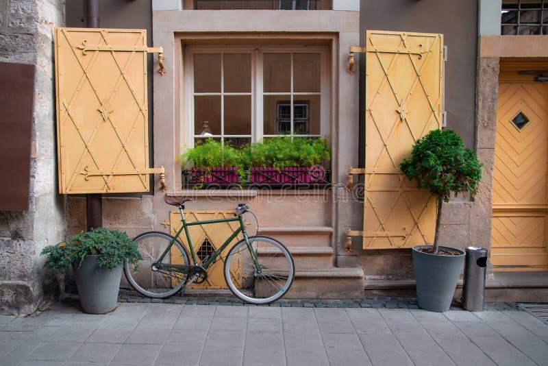 Rocznik rowerowa pozycja w ulicie zdjęcie royalty free