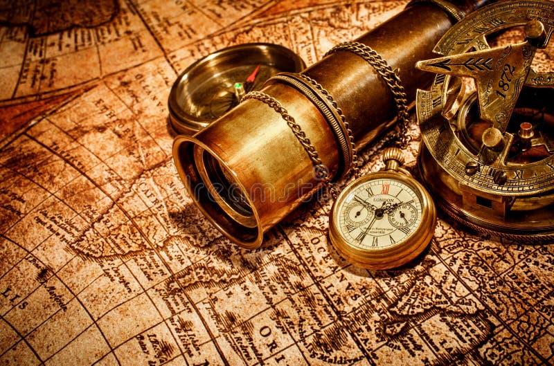 Rocznik rzeczy na antycznej mapie. fotografia royalty free