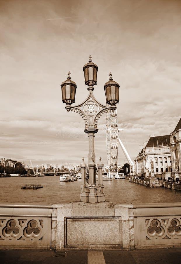 Rocznik sepiowa fotografia od Westminister mostu i London Eye tła zdjęcie royalty free