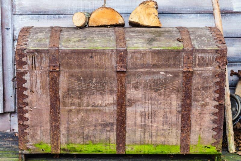 Rocznik skrzynka zakrywająca w mech z drewnem na nim zdjęcia royalty free