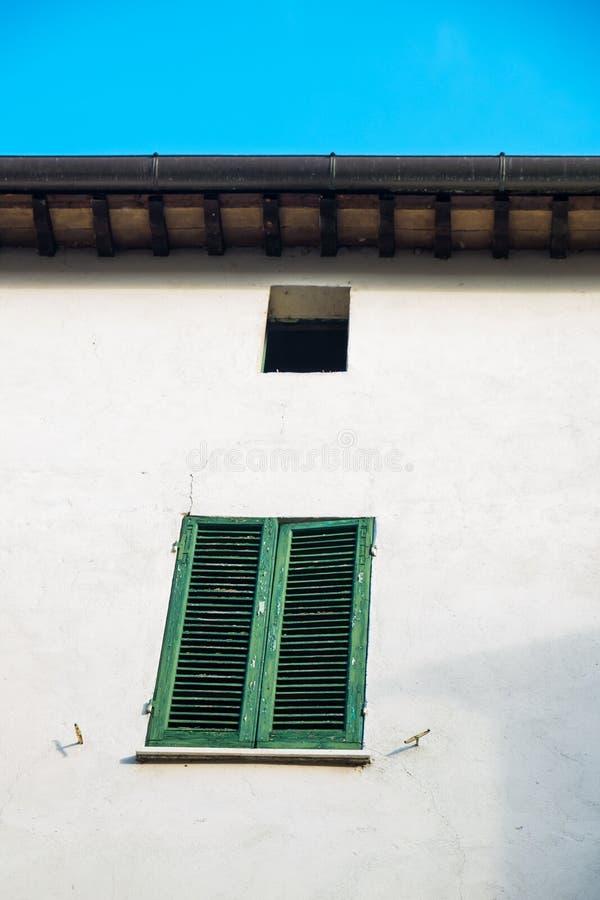 Rocznik, stary zielony okno i story na białej ścianie obrazy stock