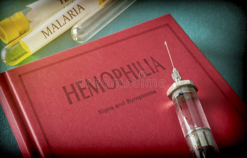 Rocznik strzykawka Na książce hemofilia zdjęcie royalty free