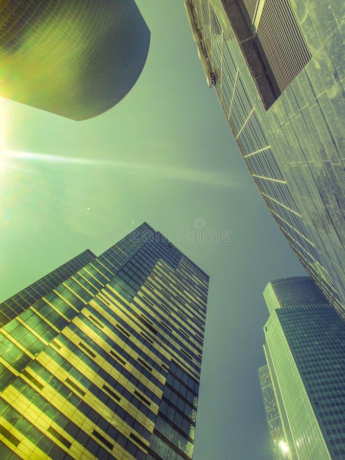 Rocznik stylizował fotografię drapacze chmur, duży miasto przy zmierzchem obraz royalty free