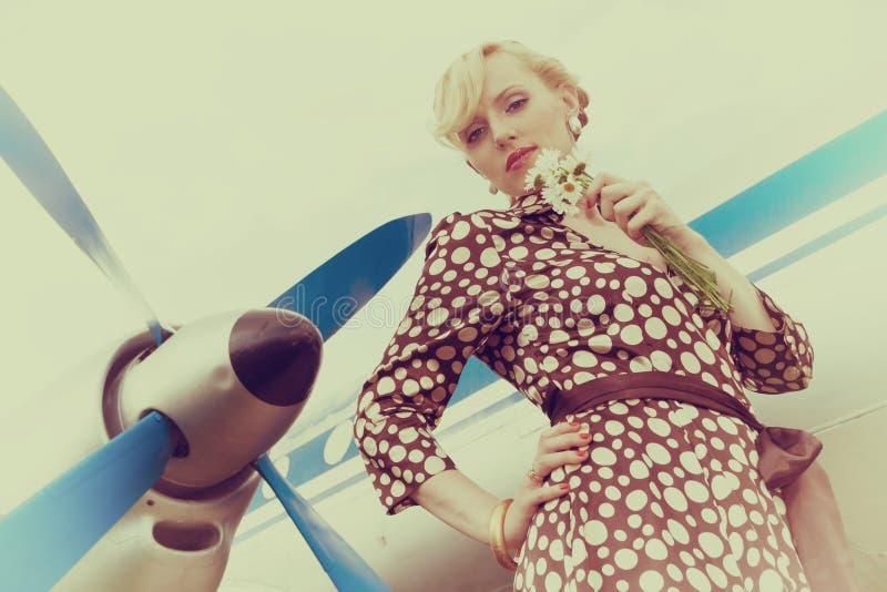 Rocznik stylizował fotografię piękno dziewczyna z bukietem stokrotki zdjęcie royalty free