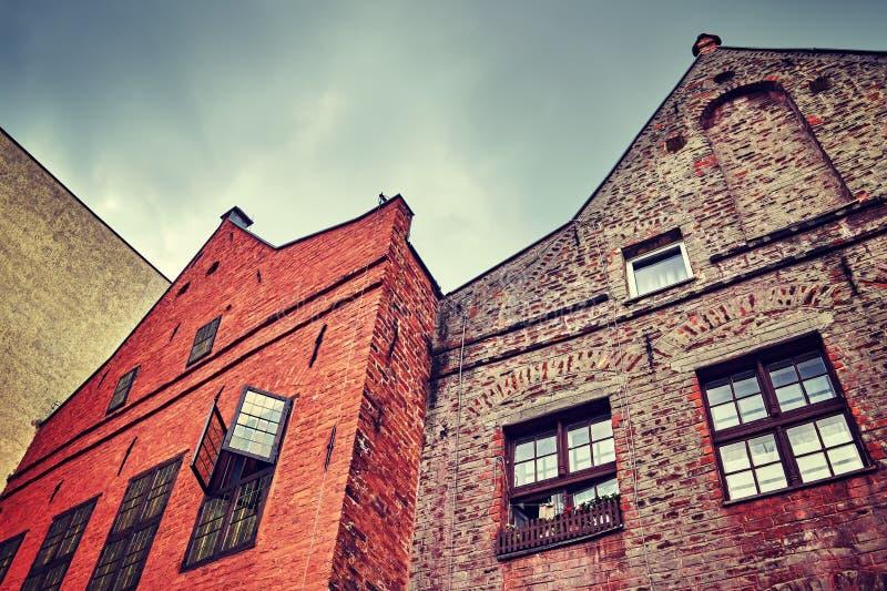 Rocznik stylizował stare budynek fasady w Toruńskim, Polska zdjęcia stock