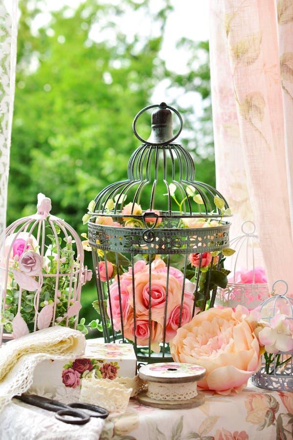 Rocznik stylowa dekoracja z szyć faszeruje i ptasie klatki obrazy royalty free