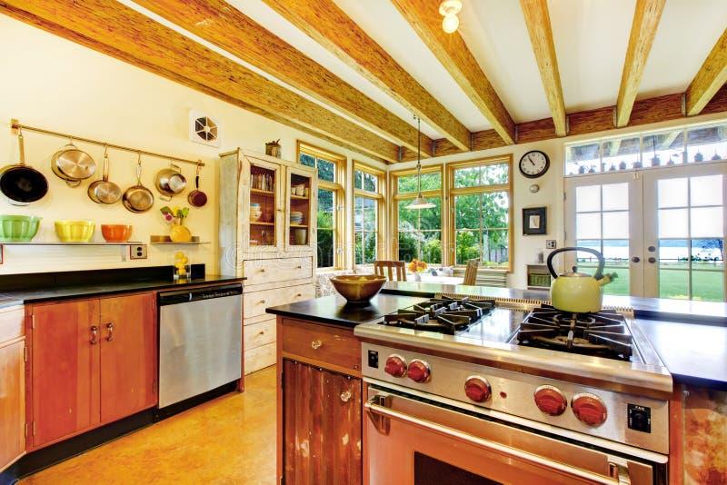 Rocznik stylowa kuchnia z kreatywnie wnętrzem fotografia royalty free