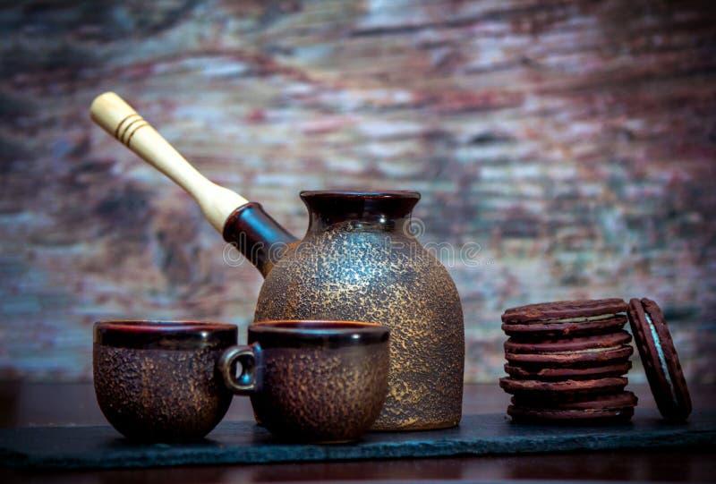 Rocznik stylowe ceramiczne filiżanki, kawowy piwowarstwo garnek i czekolad ciastka, zdjęcie royalty free