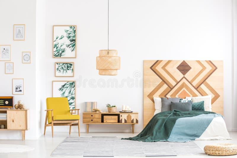 Rocznik sypialni wnętrze z drewnianymi akcentami fotografia royalty free