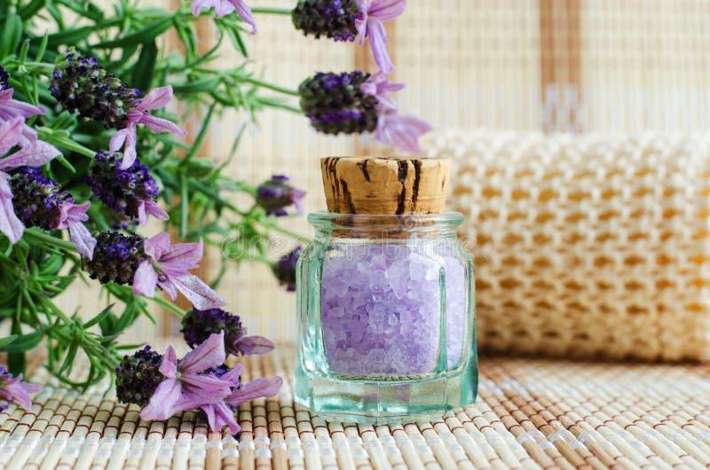 Rocznik szklana butelka z aromat lawendową kąpielową solą & x28; nożny soak& x29; Nakrywający lawendowi kwiaty zamknięci w górę obrazy royalty free