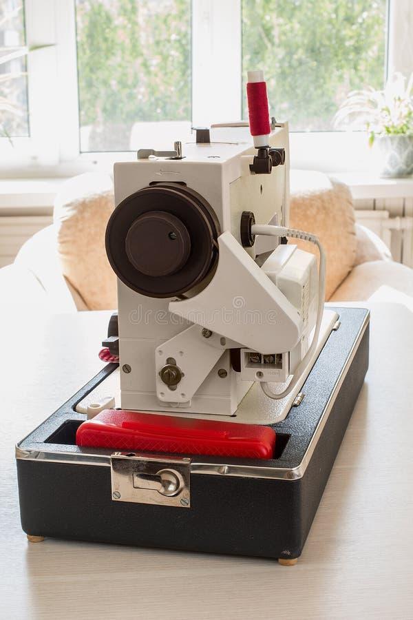 Rocznik szwalna maszyna na drewnianym stole zdjęcia stock