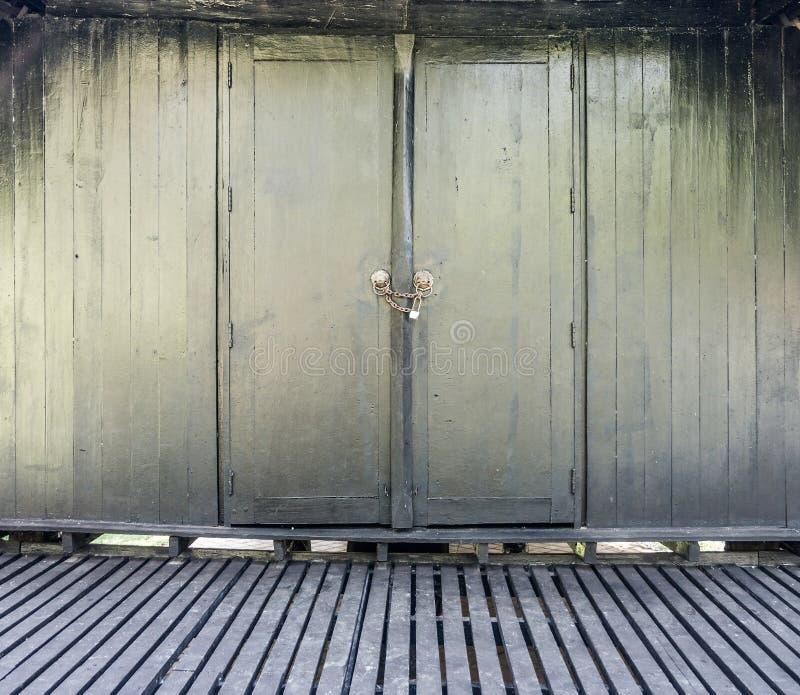 Rocznik Tajlandzka drewniana ściana, podłoga i drzwi z kędziorkiem, obraz stock