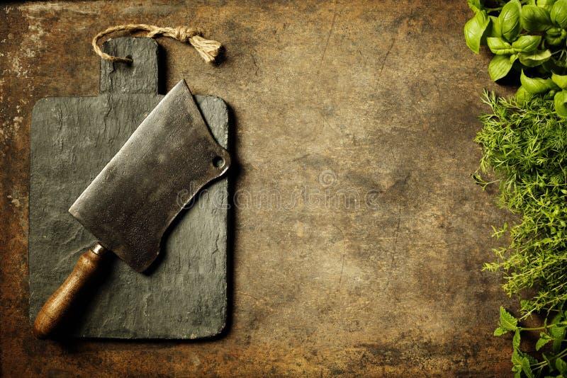 Rocznik tnąca deska, mięsny cleaver i kulinarni składniki, obraz royalty free