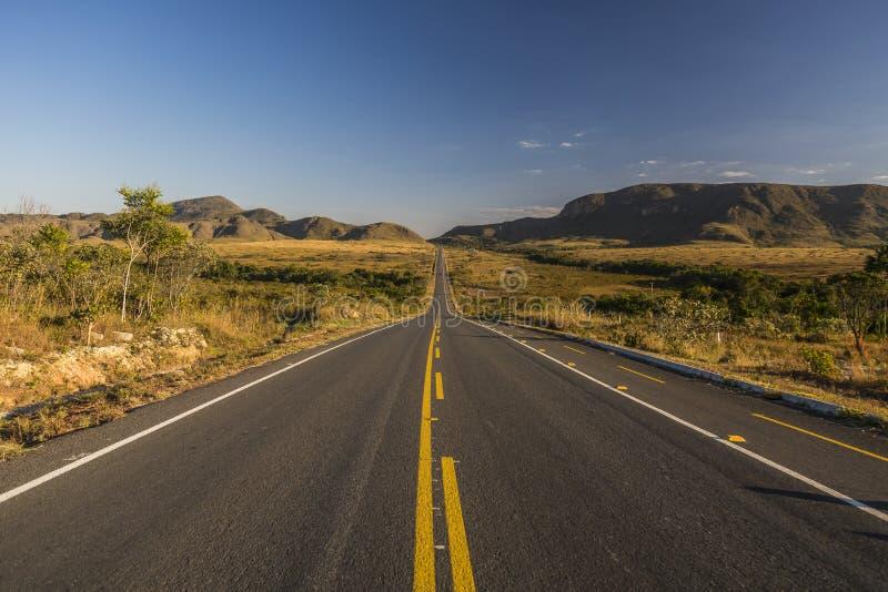Rocznik tonująca pustynna długa droga tuż przed wschodem słońca, podróży pojęcie, Brazylia obraz stock