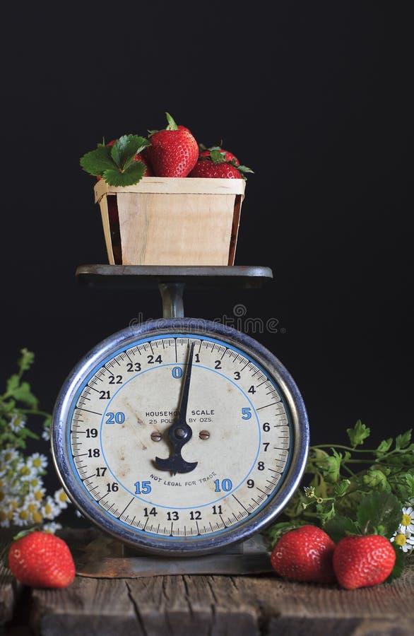 Rocznik truskawki i skala zdjęcie stock