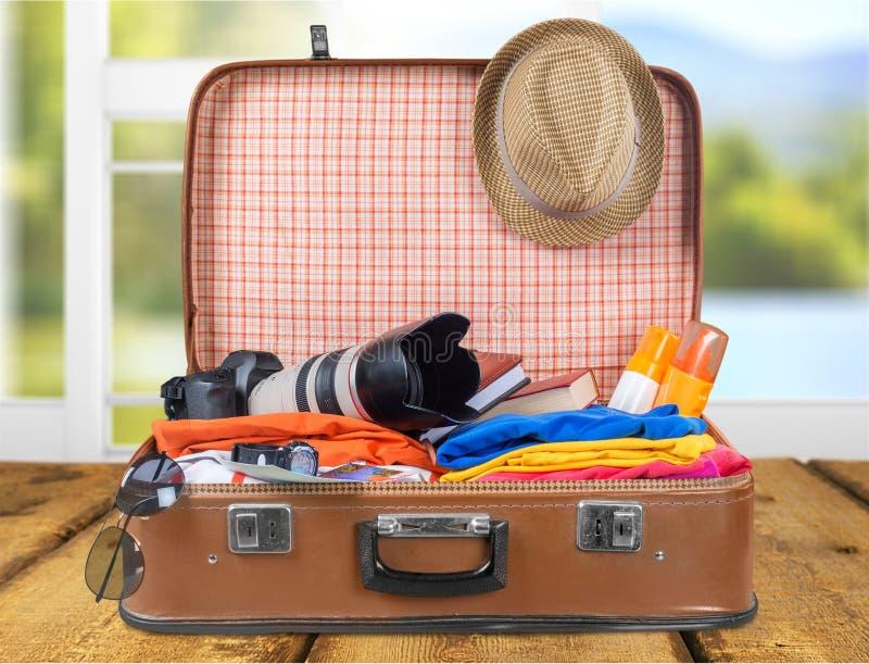Rocznik walizka z podróżnym materiału zakończeniem obrazy royalty free
