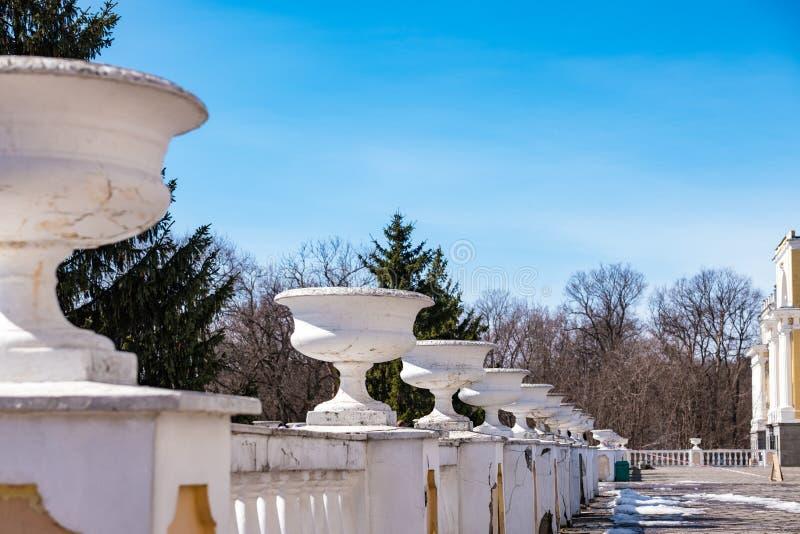 Rocznik wazy w rezydencja ziemska domu z rzędu obrazy royalty free