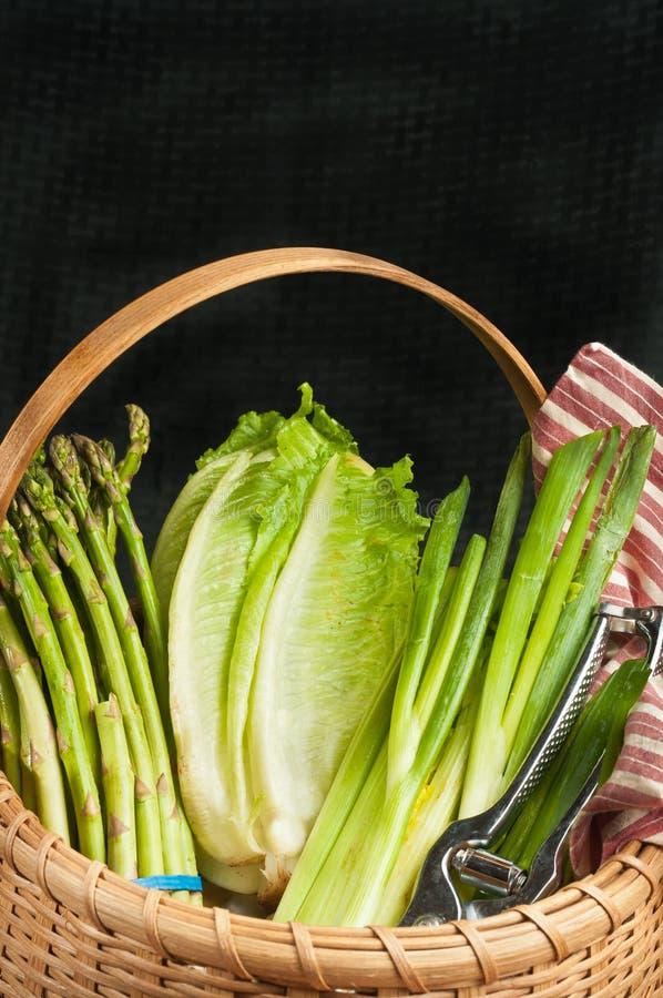 Rocznik wyplatający trzcinowy kosz organicznie zieleni warzywa obrazy royalty free