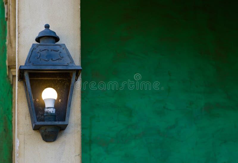 Rocznik zaświecał latarniowego obwieszenie na kamiennym słupie, domowych dekoracjach i oświetleniu, zdjęcie royalty free
