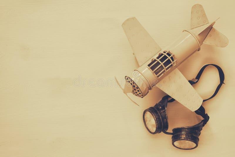 rocznik zabawki płascy i pilotowi szkła Sepiowy stylowy wizerunek obrazy stock