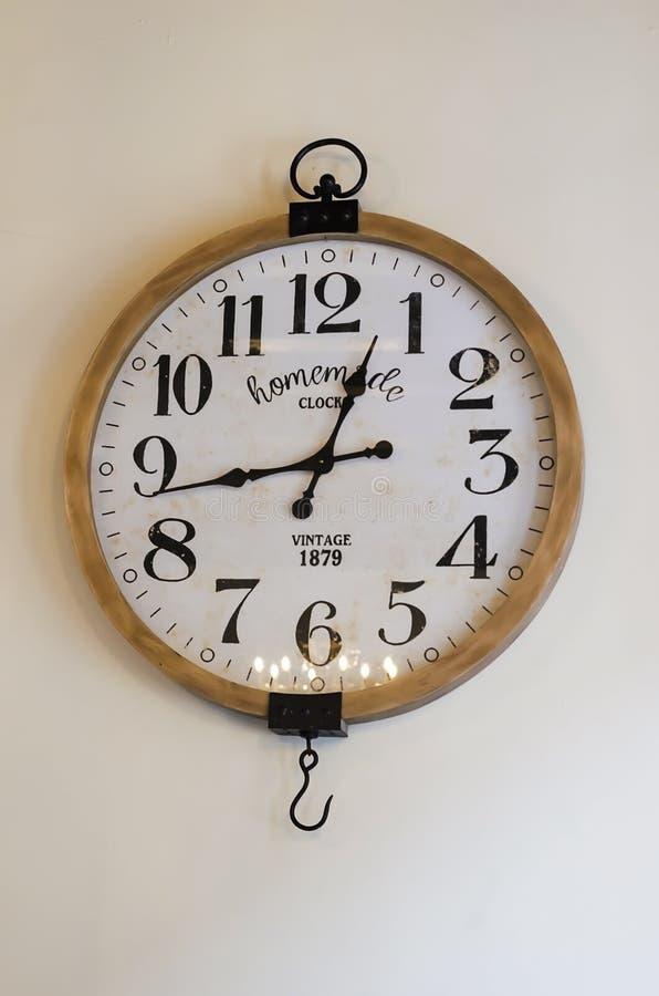 Rocznika ścienny zegar na białej ścianie fotografia royalty free