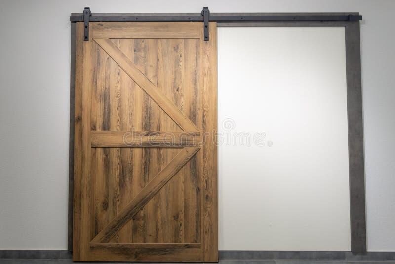 Rocznika ślizgowy drzwi z otwartymi ferrous metali dopasowaniami obrazy stock