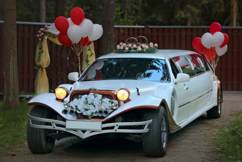 Rocznika ślubny samochód dekorujący zdjęcia royalty free