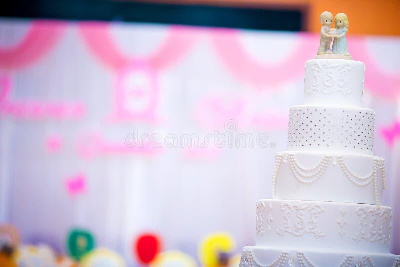 Rocznika ślubny tort Ślubny tort dekoruje z amorek lalą obraz royalty free