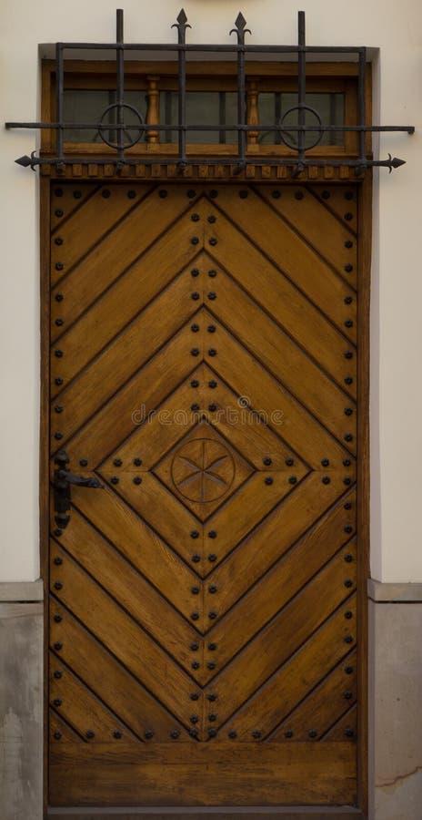 Rocznika żółty drewniany dzwi wejściowy stary house-4 obraz stock