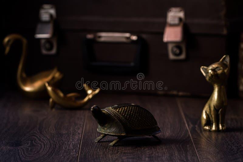 Rocznika żółwia kot, delfin i łabędź Mosiężne figurki na Brown półdupkach, obrazy royalty free