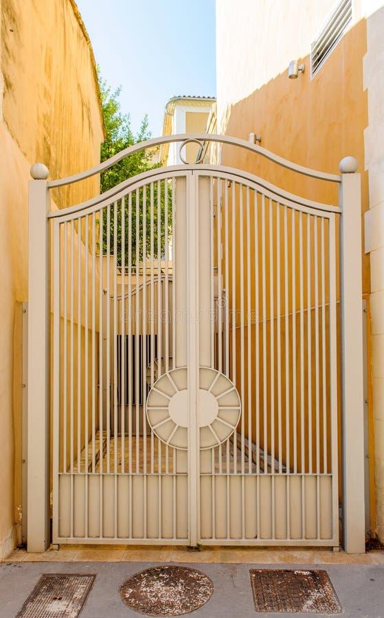 Rocznika żelaza bramy hous obrazy stock