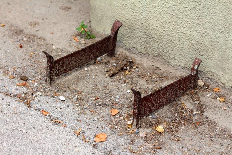 Rocznika żelaza retro but i but borowinowe cykliny wspinać się na betonowy podłogowy outside rodzina dom otaczający z piaskiem i  fotografia stock