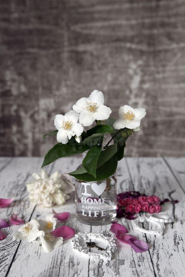 Rocznika życie wciąż kwitnie na nieociosanym bielu stole zdjęcia royalty free