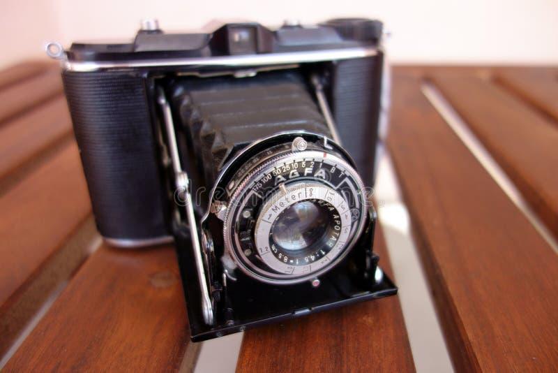 Rocznika Agfa fotografii kamera na drewnianym stole, obiektywu contraption otwarty fotografia stock