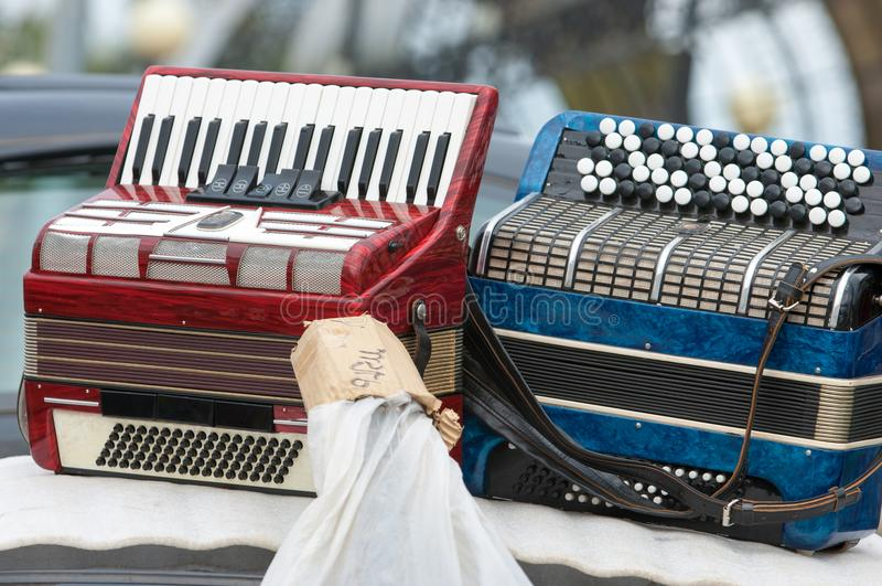 Rocznika akordeon przenośny instrument muzyczny z metal płochą fotografia stock