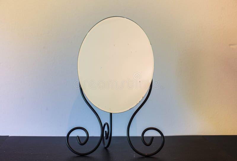 Rocznika antyka lustro i stół z cieniami i tajemnicy tłem fotografia stock