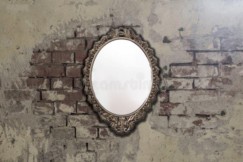 Rocznika antyka lustro na starej ściany z cegieł tła teksturze obraz stock