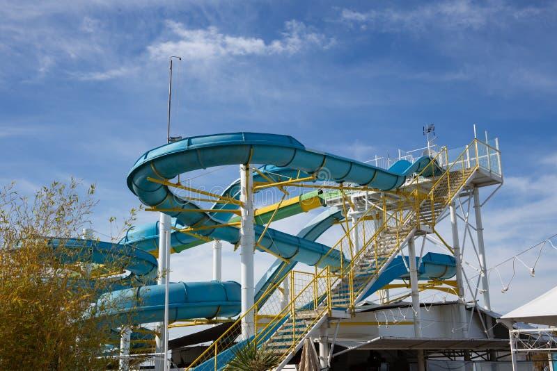 Rocznika aquapark z pladtic barwionymi obruszeniami w włoskim Riviera Romagnola blisko Rimini; urlopowy lub wakacyjny nastrój fotografia stock