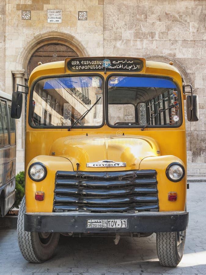 Rocznika armenian szkoły chevroleta żółty autobus w Aleppo Syria obrazy stock