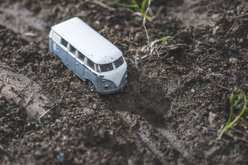 Download Rocznika Autobusu VW Mała Metal Zabawka W Naturze Zdjęcie Stock - Obraz złożonej z automobiled, autobahn: 53775134