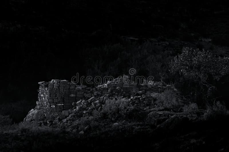 Rocznika B&W Puebloan Anasazi Stylowy Moonlit Ancestralny wierza obrazy stock