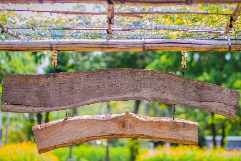 Rocznika bambus i drewniana wejściowa brama Tradycyjna brama i ogrodzenie antyczna wioska Drewniana i bambusowa brama w Tajlandia zdjęcie stock