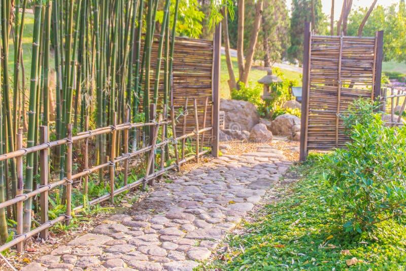 Rocznika bambus i drewniana wejściowa brama Tradycyjna brama i ogrodzenie antyczna wioska Drewniana i bambusowa brama w Tajlandia zdjęcie royalty free