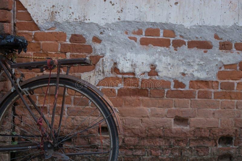 Download Rocznika Bicykl Blisko Starej ściany Obraz Stock - Obraz złożonej z klasyk, objurgate: 57668041