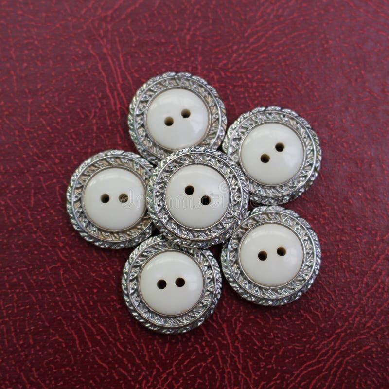 Rocznika bielu i srebra guziki obraz stock