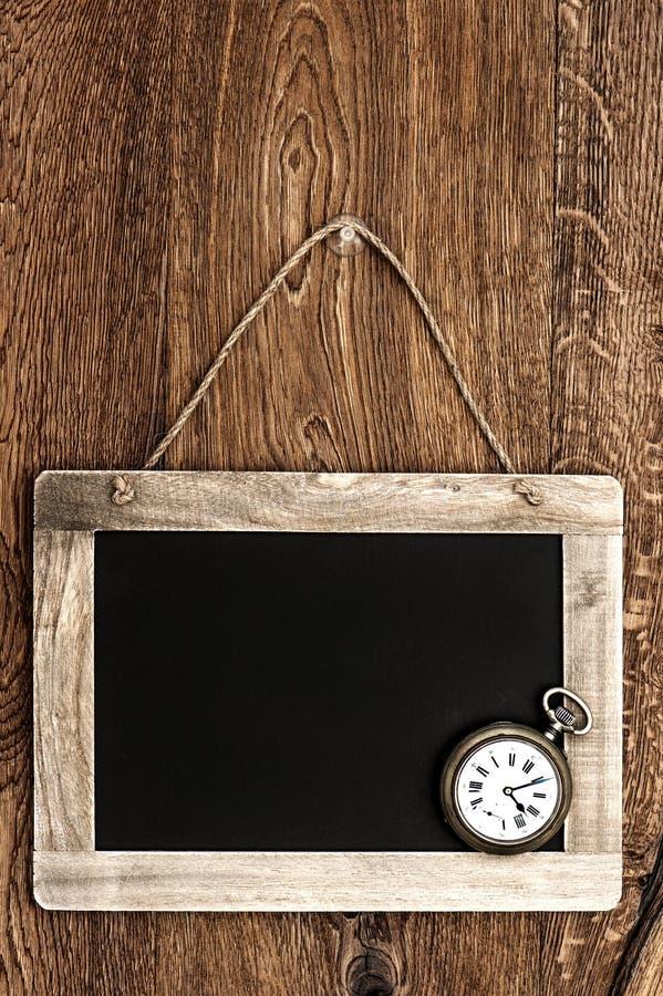 Rocznika blackboard obwieszenie na drewnianej ścianie fotografia royalty free