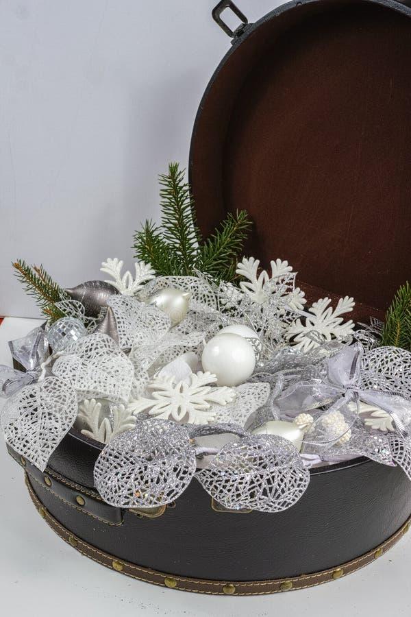Rocznika brouwn kaseton z białe boże narodzenie drzewną dekoracją i s zdjęcia stock