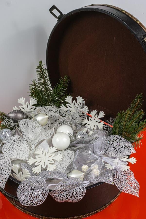Rocznika brouwn kaseton z białe boże narodzenie drzewną dekoracją i s fotografia stock